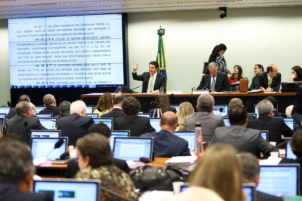 Brasília - O relator, deputado Arthur Maia, durante sessão da comissão especial da Reforma da Previdência para votação do parecer do relator (Marcelo Camargo/Agência Brasil)