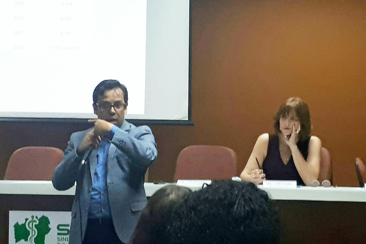 O Sindicato dos Médicos no Estado da Bahia realizou, nesta segunda-feira, 2 de dezembro, uma Assembleia Geral Extraordinária. O escopo da pauta foi a apresentação do laudo pericial contábil extrajudicial realizado no Sindicato, referente ao período de março de 2013 a abril de 2018. Médicos sindicalizados e não sindicalizados estiveram presentes. A presidente do Sindimed-BA, Dra. Ana Rita de Luna Freire Peixoto, abriu o evento e o contador Jorge Maxwell fez um detalhamento técnico do laudo pericial contábil. Na sequência, foi aberto espaço de perguntas, para que os participantes pudessem tirar dúvidas a respeito da apresentação.